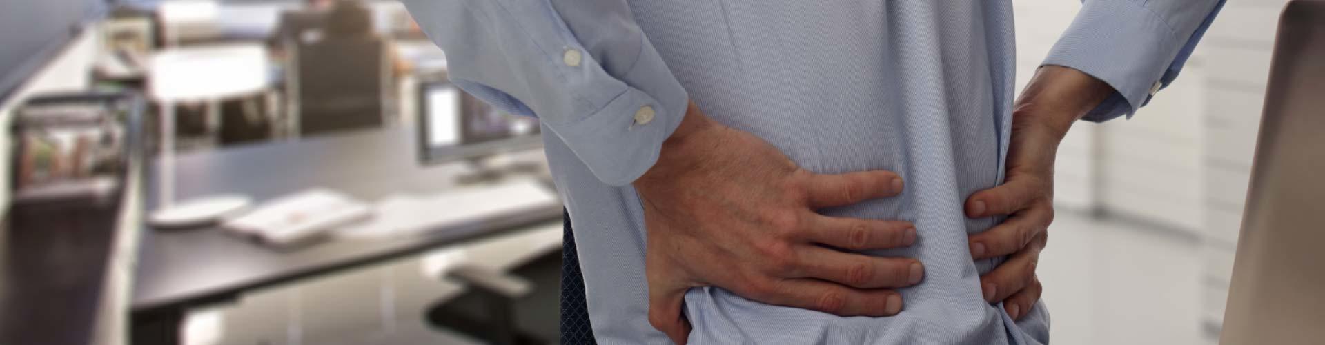 Ein Arbeitnehmer leidet unter Rückenschmerzen © Fotolia.com