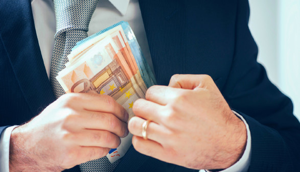 Mann steckt Geld ein © Fabio Balbi, stock.adobe.com