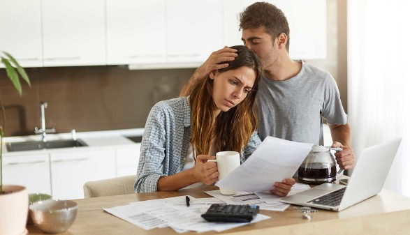 frustrierte Frau liest eine schlechte Nachricht - ihr Partner tröstet sie © Wayhome Studio, stock.adobe.com