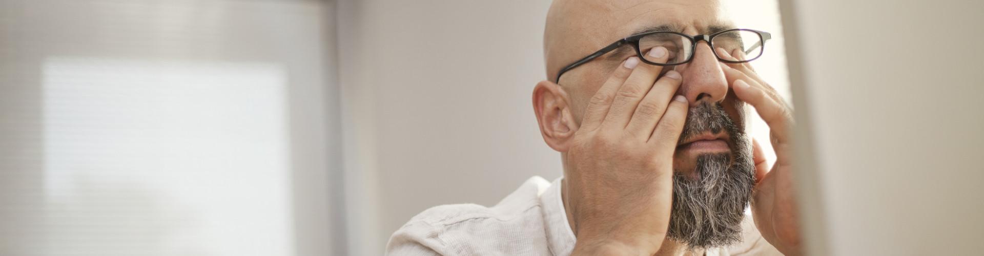 Ein Mann sitzt vor dem Bildschirm und reibt sich erschöpft die Augen © sebra, stock.adobe.com