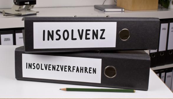 """Zwei Ordner mit der Aufschrift """"Insolvenz"""", beziehungsweise """"Insolvenzverfahren"""" liegen übereinander gestapelt auf einem Schreibtisch. © h_lunke, stock.adobe.com"""