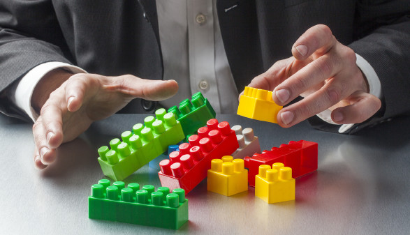 Mann spielt mit Legobausteinen © Studio Grand Web - stock.adobe.com