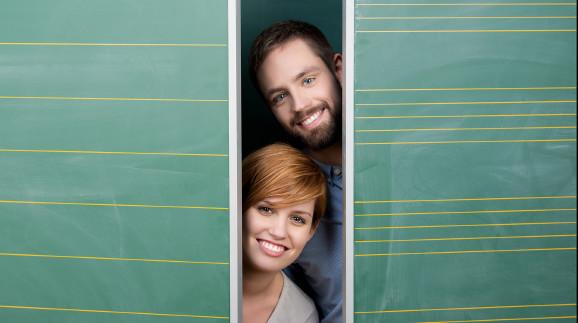 Mann und Frau zwischen Tafeln © Contrastwerkstatt, Fotolia.com