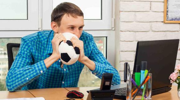 Mann vor Laptop im Büro mit Fußball in den Händen © madhourse, stock.adobe.com