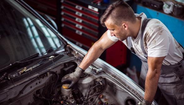 Mechaniker vor offenen Motorraum © Photographeeeu, stock.adobe.com