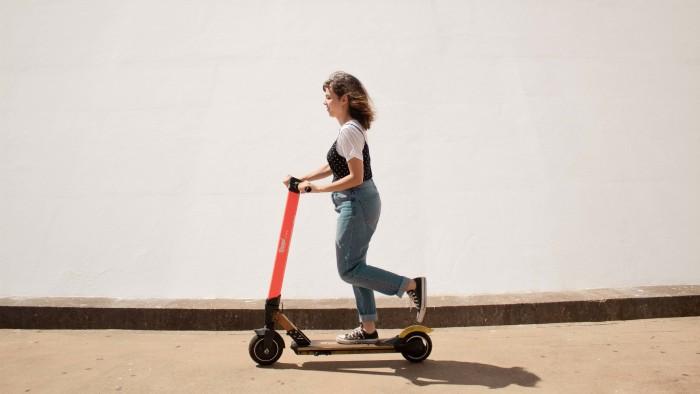 Frau auf Roller  © Creative Christians