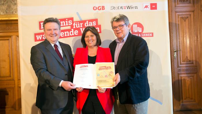 v. l. n. r.: Bürgermeister Michael Ludwig, AK Präsidentin Renate Anderl, ÖGB-Chef Wolfgang Katzian  © Lisi Specht