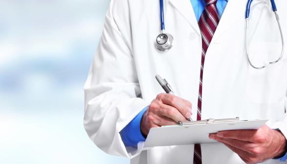 Arzt mit Klemmbrett © Kurhan, stock.adobe.com