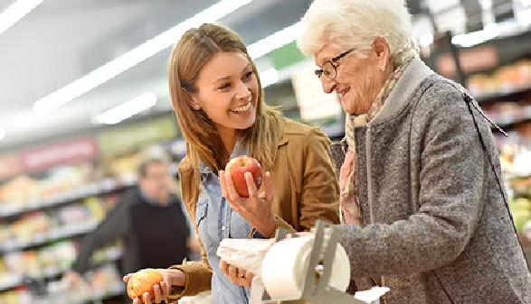 Ältere Frau und junge Frau beim Einkaufen © goodluz, Fotolia