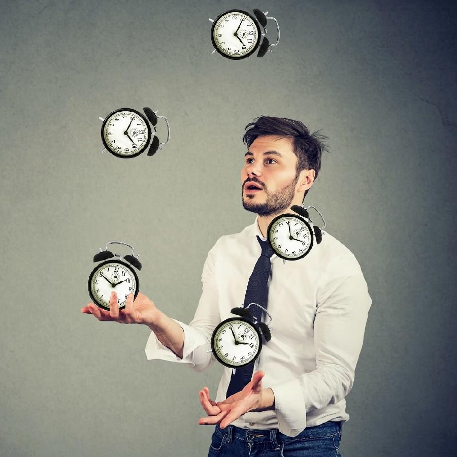 Mann jongliert mit Uhren © pathdoc, stock.adobe.com
