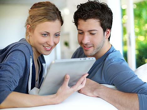 Junges Paar spielt mit Ihrem Tablet-PC © goodluz, Fotolia.com