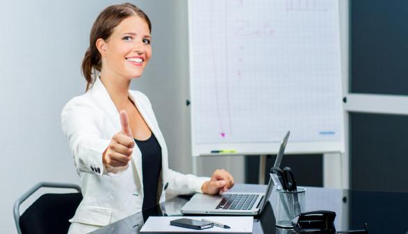 Frau zeigt Daumen hoch © Light Vision, stock.adobe.com