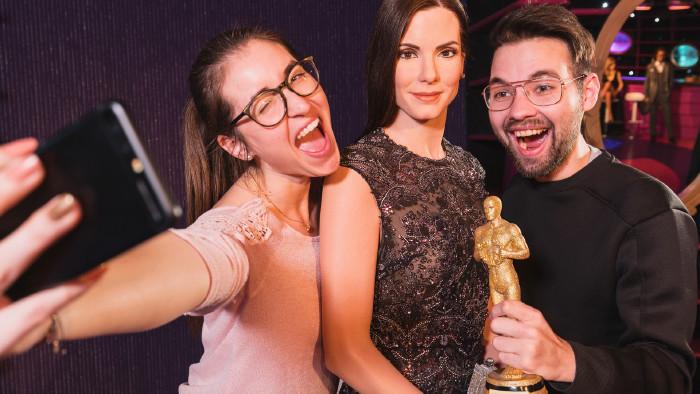 Selfie-Pärchen mit Oscar und Star © Madame Tussauds