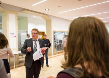 Hauptkommissär Mag Heinz Liebert begrüßt die Helferinnen und Helfer der AK Wahl © Thomas Lehmann, AK Wien
