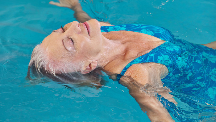 Seniorin im Schwimmbad © Robert Kneschke, stock.adobe.com