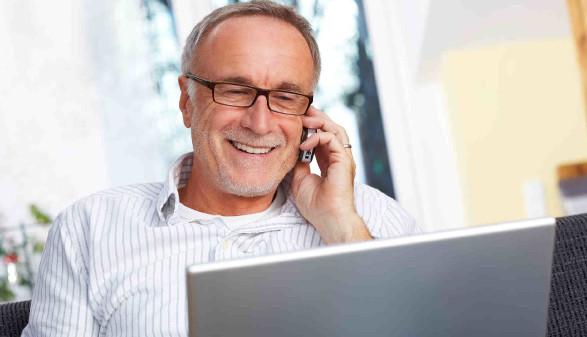 Älterer Mann mit Handy und Laptop © Menzl Günter, stock.adobe.com