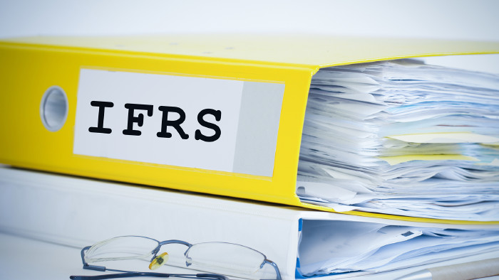 """Ringmappe mit Beschriftung """"IFRS"""" © santiago silver - stock.adobe.com"""