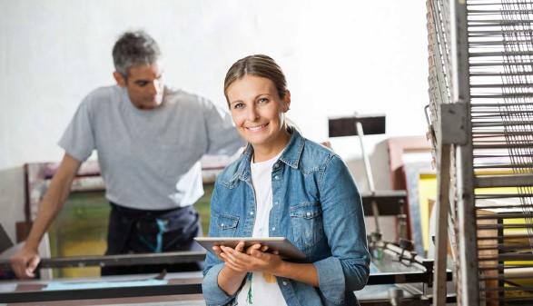 Technikerin in Druckerei mit Tablet © Tyler Olson, stock.adobe.com