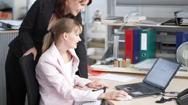 Frau vor Computer © Franz Pfluegl, fotolia.com