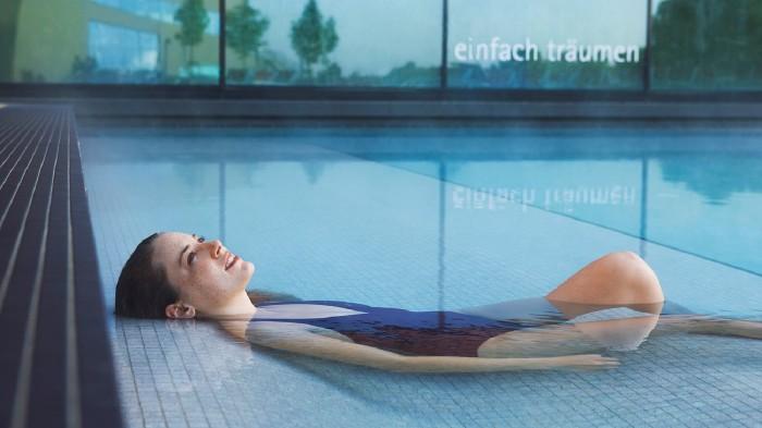 Junge Frau im Schwimmbad © Cathrine Stukhard