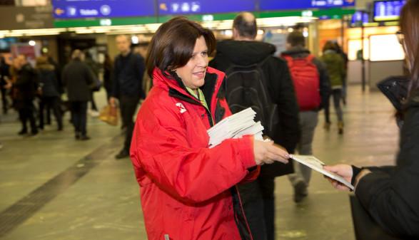 AK Präsidentin Renate Anderl beim Verteilen der AK Pendlerfahrpläne. © Lisi Specht