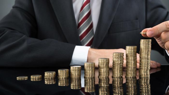 Banker mit Geldstapel © Andrey Popov, stock.adobe.com