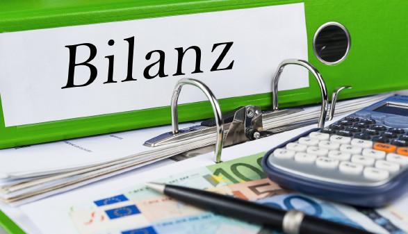 """Mappe mit Beschriftung """"Bilanz"""" © marcus_hofmann - stock.adobe.com"""