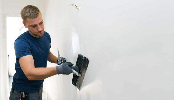 Arbeiter beim Verputzen einer Wand © ronstik, stock.adobe.com