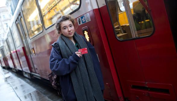Gudrun Scholz (18) macht die Matura auf einer privaten Maturaschule nach. Sie gehört zu den 150.000 jungen Menschen in Österreich, die vom AK-Vorschlag nach einem 70-Euro Jahresticket für alle unter 24 in Ausbildung profitieren würde. © Lisi Specht
