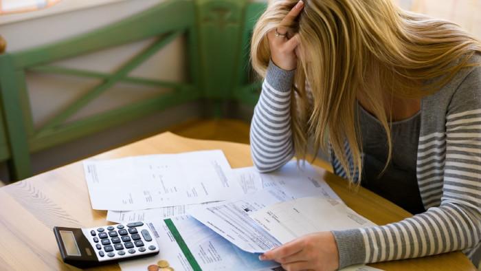 Frau mit Schulden und Rechnungen © Gina Sanders , stock.adobe.com