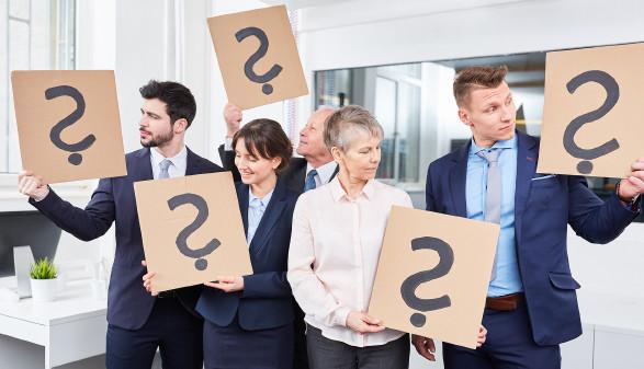 Menschen mit Fragezeichen in der Hand © Robert Kneschke - stock.adobe.com