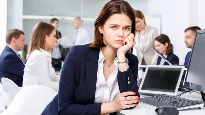 Mitarbeiterin schaut frustriert © JackF - stock.adobe.com