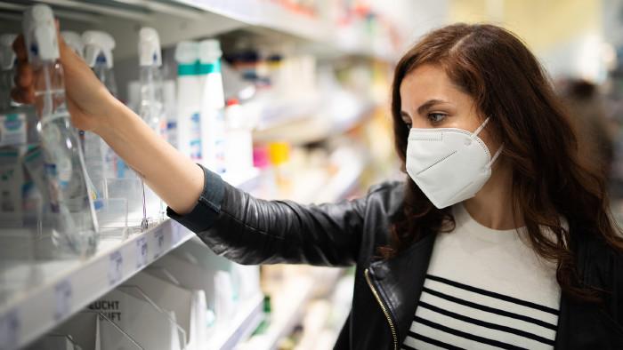 Frau mit Maske beim Einkaufen in einem Drogerie-Markt © Wellnhofer Designs, stock.adobe.com