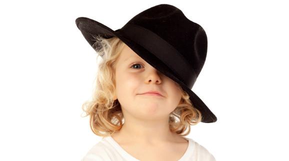 Kleines Kind mit großem Hut © Gelpi, stock.adobe.com