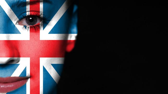 Frau mit englischer Flaggenbemalung im Gesicht © kwasny221 - stock.adobe.com