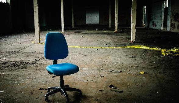Sessel im leeren Fabriksgebäude © Stephen - stock.adobe.com