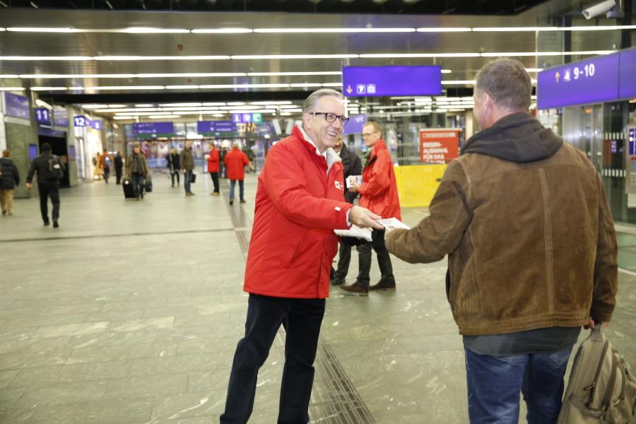 AK Präsident Rudi Kaske verteilt Pendlerfahrpläne © Lisi Specht, AK Wien