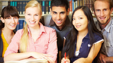 Fleißige Studenten beim Lernen in der Bibliothek © Robert Kneschke, Fotolia.com