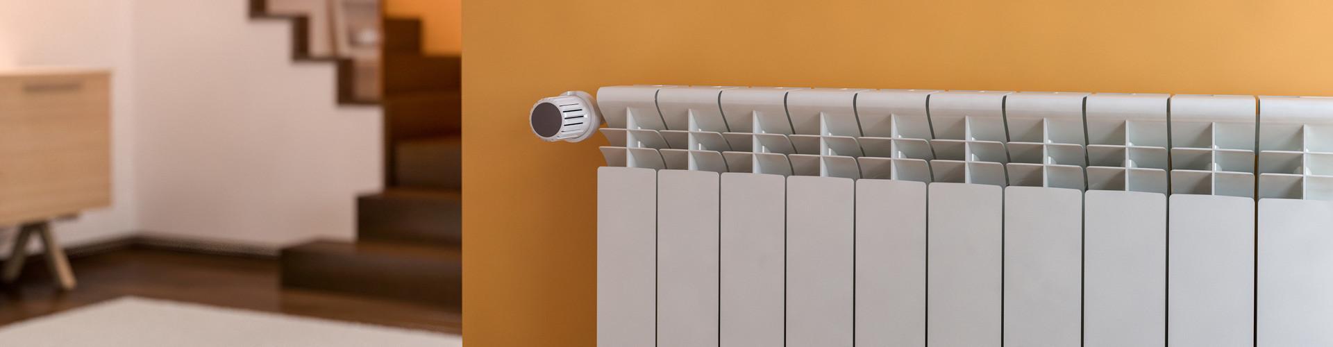 Ein weißer Heizkörper im Fokus, die restliche Wohnung ist aufgrund der Tiefenunschärfe kaum zu erkennen © Studio Harmony, stock.adobe.com