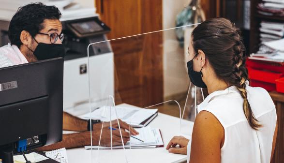 Mann und Frau mit Maske in einem Beratungsgespräch © Chus Productions, stock.adobe.com