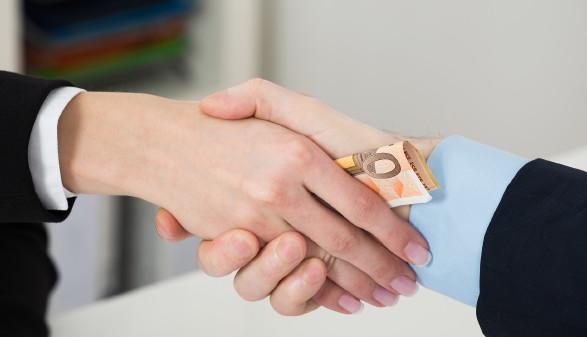 Hände, die Geld überreichen © Andrey Popov - stock.adobe.com