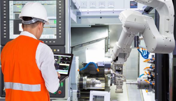 Arbeiter steuert über Laptop Roboterarm © kinwun, stock.adobe.com