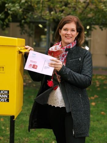 Ein Wählerin wirft ihre Wahlkarte in den Briefkasten. © Lukas Beck, AK