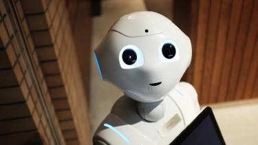 Humanoider Roboter, der ins Bild zu lächeln scheint und freundlich schaut © Unsplash - Alex Knight