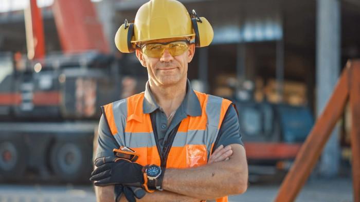 Bauarbeiter auf der Baustelle mit Schutzkleidung © Gorodenkoff, stock.adobe.com