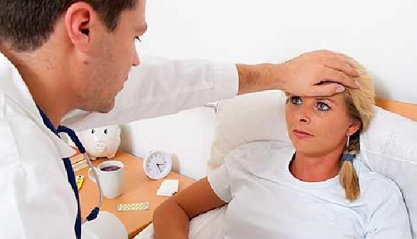 Arbeitnehmerin liegt krank im Bett - Hausbesuch des Arztes © Gina Sanders, Fotolia.com