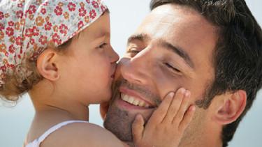 Tochter küsst Papa auf die Wange © auremar, Fotolia
