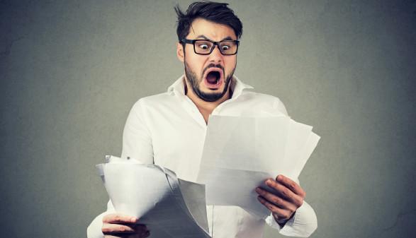 Mann schockiert über Kreditkartenabrechnung © pathdoc, stock.adobe.com
