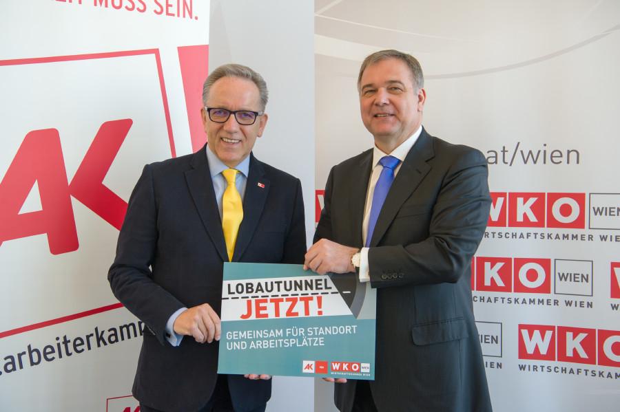 """Walter Ruck und Rudi Kaske halten gemeinsam ein Flugblatt mit der Forderung """"Lobautunnel jetzt"""" © Erwin Schuh"""