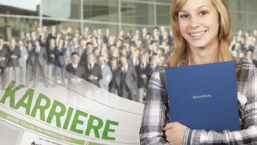 Unterstützung für richtiges Bewerben - Junge Frau mit ihrer Bewerbung © Eisenhans, fotolia.com